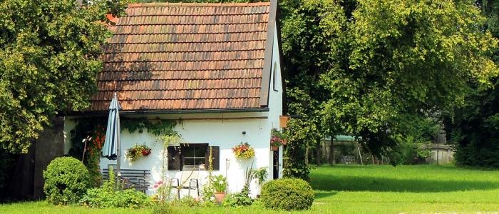 Sommarhus i en grön trädgård
